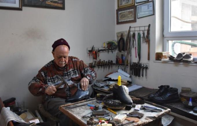 Cezaevlerindeki kabadayı mahkumlar ayakkabılarını Salih Usta'ya yaptırıyor