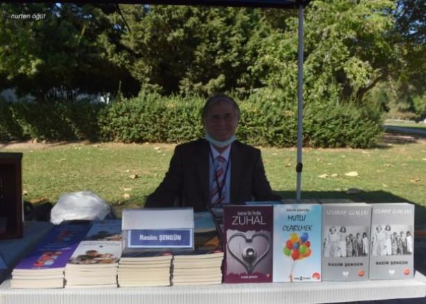 Şair-yazar Rasim Şengün kitaplarını imzaladı